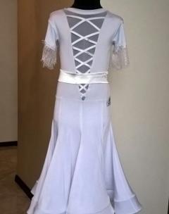 Плаття Латина біле з атласним поясом.